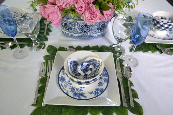 Oriental Blue and white tablesetting- 5 Spring table setting ideas lizbushong.com
